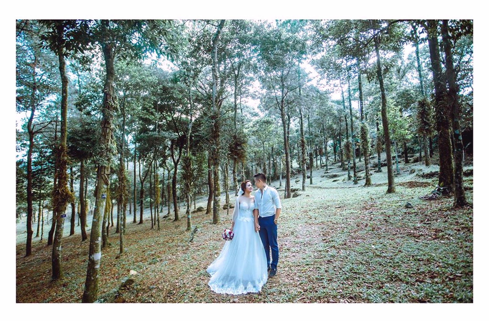 Người ta thường nói: \u201c Đến Ba Vì chụp ảnh cưới sẽ chẳng muốn về nhà nữa, nơi đây thật kỳ diệu. Cảnh đẹp hữu tình, thiên nhiên thân thiện vừa hoang ...