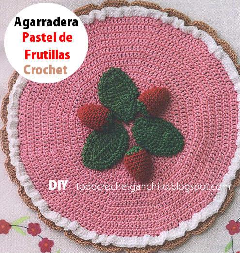 agarradora crochet con forma de pastel de fresas