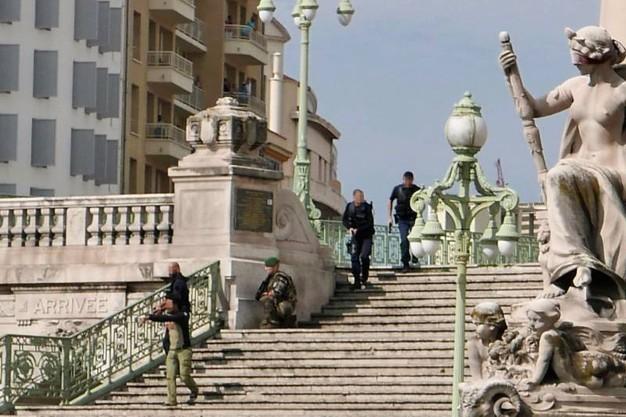 Buongiornolink - Marsiglia, sgozza una 17enne e uccide a pugnalate una 20enne in stazione Ucciso l'attentatore Urlava Allah Akbar