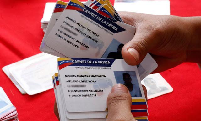 """""""Es ilegal"""": venezolanos están negados a sacarse el carnet de la patria para pagar gasolina"""