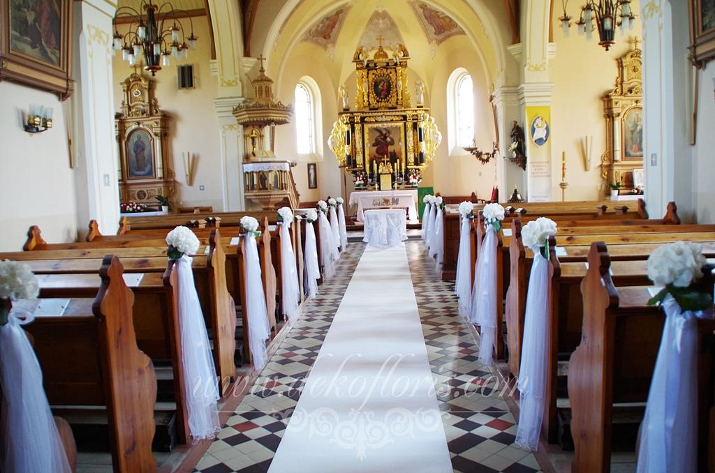 Ślubna dekoracja kościoła Kotulin opolskie - białe hortensje i tiul na łąwkach