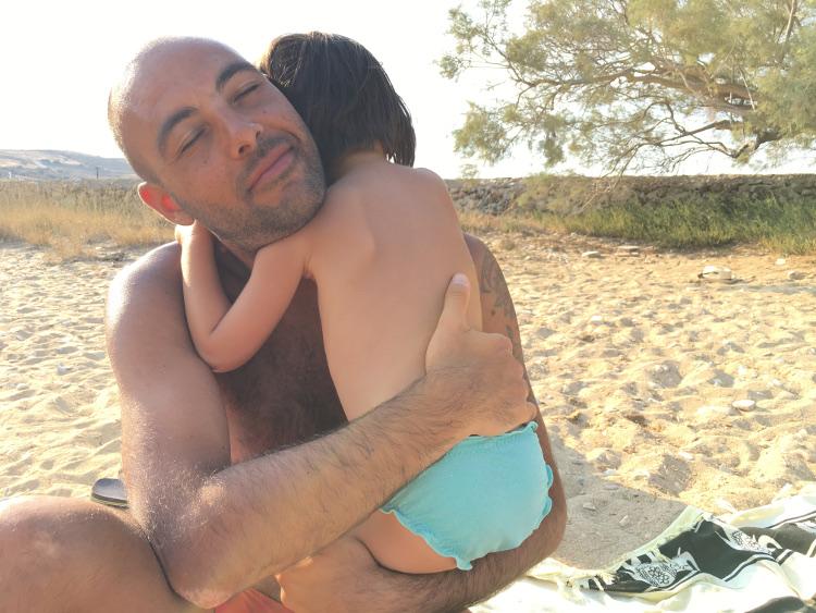 un abbraccio tra papà e bimba