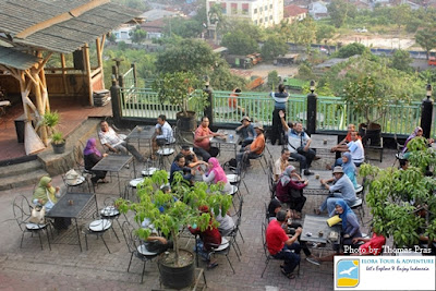Peserta Family Gathering makan malam di Diggers Cafe