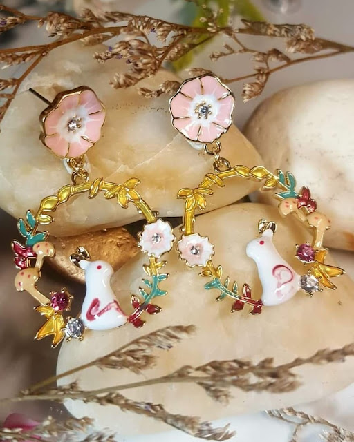 Dijual Anting Sepasang Kelinci Putih Mungil dalam Lingkaran Bunga Melati