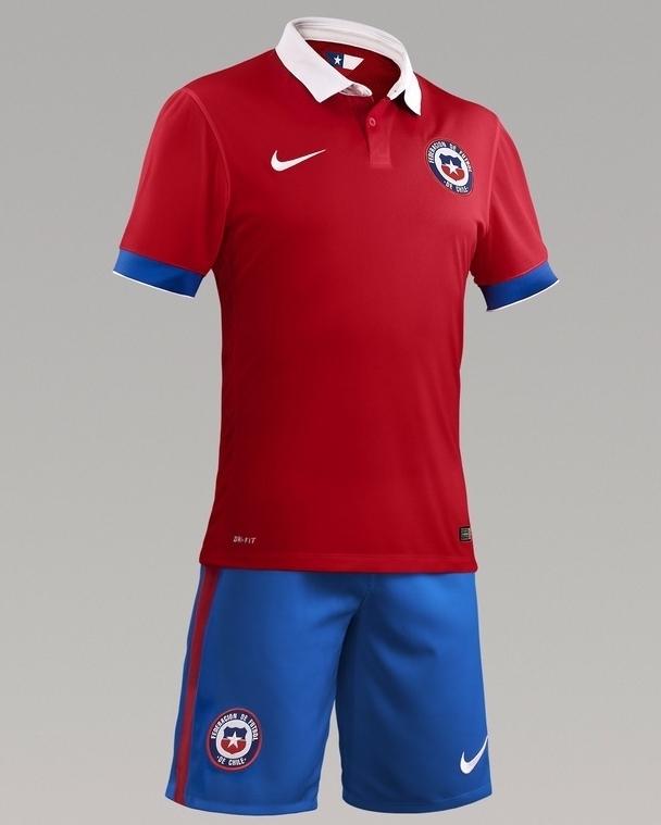 8c7ce5b6d9 A camisa titular é predominantemente vermelha com gola polo branca e os  punhos na cor azul.