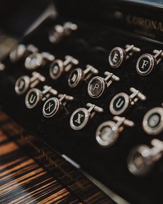 Gemelos articulados con cierre de bala hechos con teclas de máquina de escribir