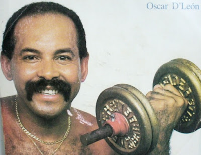 Foto de Oscar de León haciendo pesa