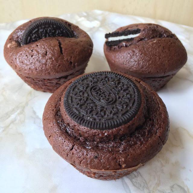 Ceci est une recette de muffins aux Oréos par clowy avec du chocolat, cuisine