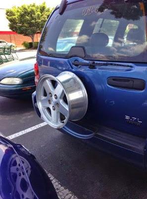 coche azul sin llanta