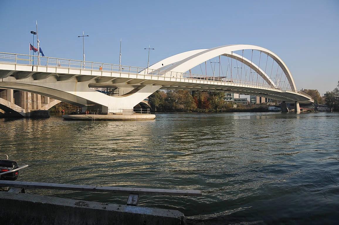 Les ponts du rh ne v lo visiter lyon d couverte de la ville des lumi res - Maison du rhone lyon 8 ...