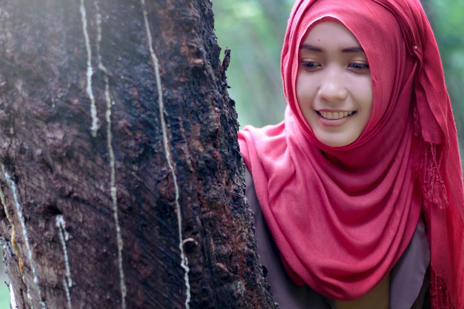 model hijab terbaru dan cara memakainya manis di kebun dna hutan pinus
