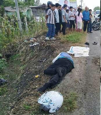 Warga menyaksikan mayat korban tabrak lari di Taput.