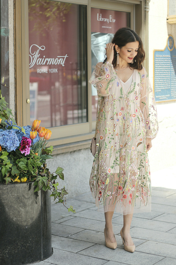 H&M Powder Beige Floral Embroidered Dress Blogger Outfit GG Marmont Matelassé Leather Chain Wallet in Soft Rose