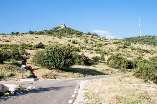 Világos várának romjai a várhoz vezető útról fotózva