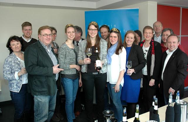 Die drei Weinmajestäten von der Nahe, die Organisatoren und ein Teil der Jury präsentieren den Siegerwein des Edelschliff Wettbewerbs 2015. #Nahe #Nahewein