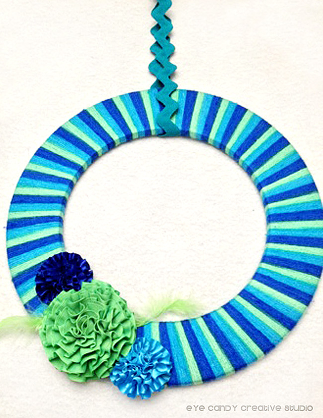 instructions on how to make a yarn wreath, blue & green yarn, summer
