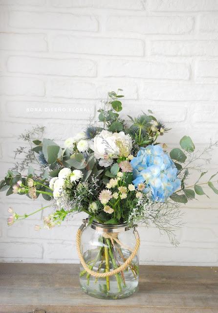 ramos de flores azules y blancas