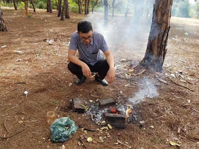 Đặc biệt, du khách mang thực phẩm đến nấu nướng ngay dưới tán rừng thông, nguy cơ cháy rừng là rất cao.