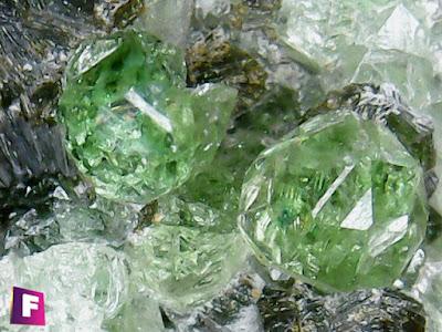 cromo-grosularia-mineral-bajo-el-microscopio