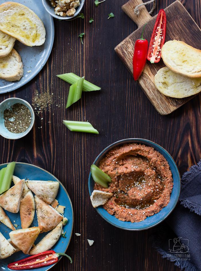 Muhammara, pasta do chleba z pieczonej papryki i orzechów włoskich