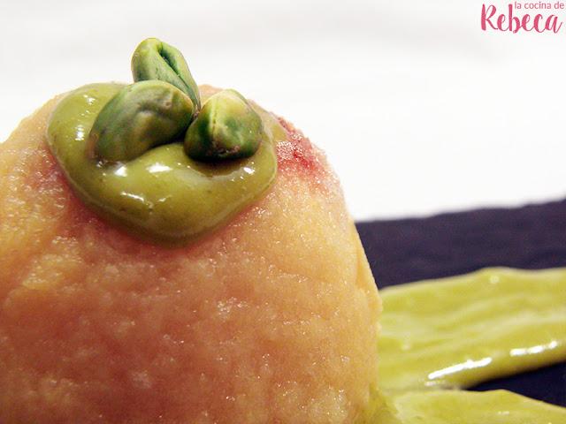 Manzana asada con crema de pistachos y azafrán