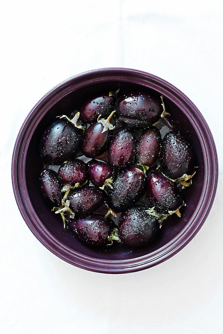 Rohe Mini-Auberginen für: Mini-Auberginen mit geräuchertem Mozzarella aus der Tajine | Arthurs Tochter kocht. Der Blog für Food, Wine, Travel & Love von Astrid Paul