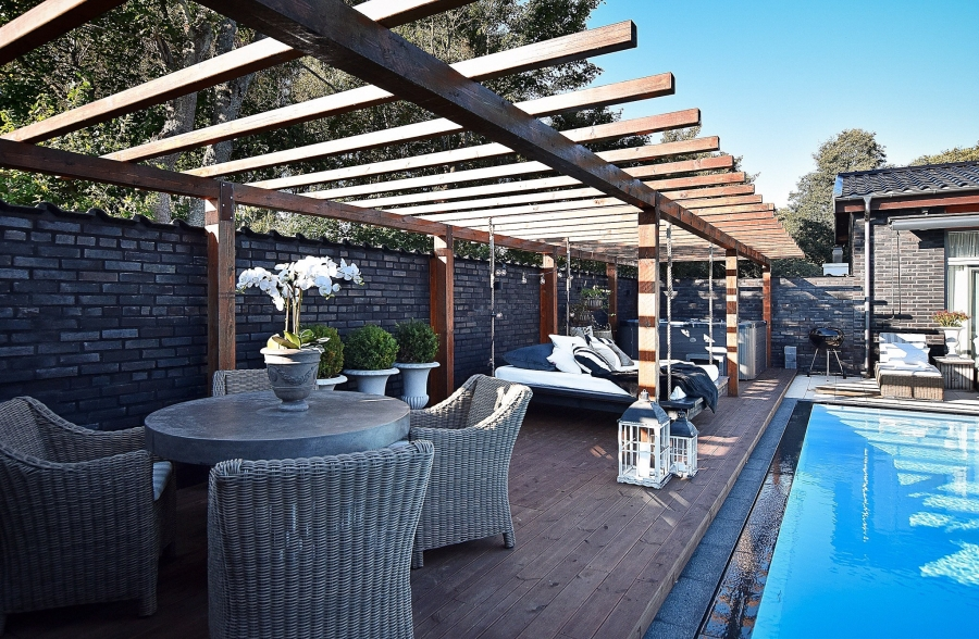 Klasyczna elegancja z rustykalną nutą, wystrój wnętrz, wnętrza, urządzanie mieszkania, dom, home decor, dekoracje, aranżacje, styl klasyczny, styl rustykalny, drewno, taras, ogród, patio, weranda