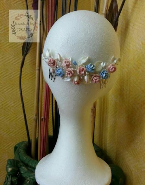 tocado romántico para novia realizado en porcelana fría en colores blanco, rosa y azul