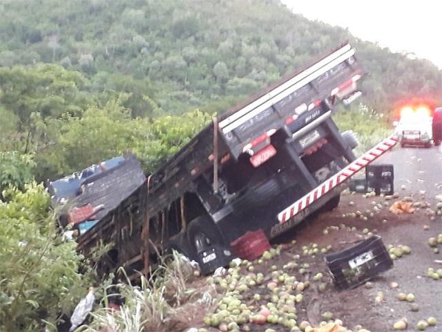 Carga de fruta cai sobre veículo e mata passageiros na BR-316