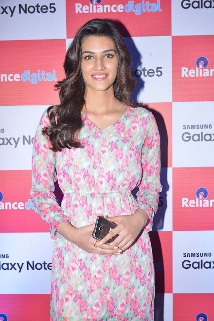 Kriti Sanon Beautiful pics still at Samsung Galaxy Note 5 launch