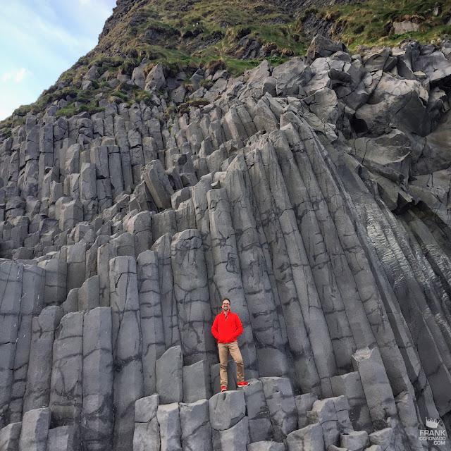 Prismas basalticos de la Montaña Rejnisfjall en Islandia