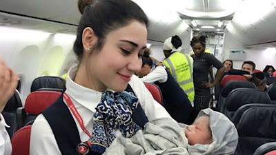 Đầu tháng 4/2017, chuyến bay của hãng hàng không Thổ Nhĩ Kỳ Turkish Airlines bất ngờ chào đón thêm một hành khách ở độ cao 12.800 mét khi một phụ nữ hạ sinh con trên khoang.