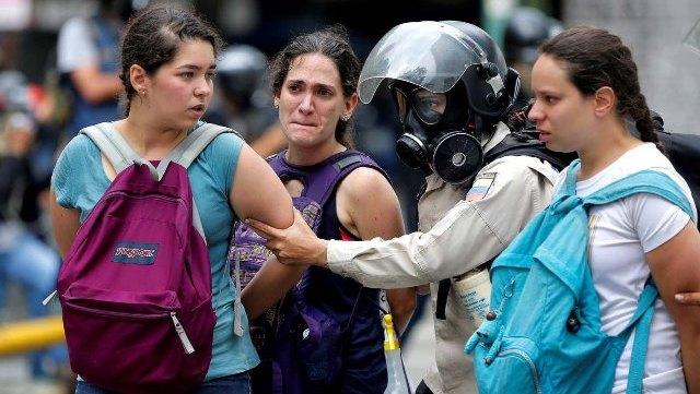 La policía detiene a estudiantes que manifestaban en Caracas