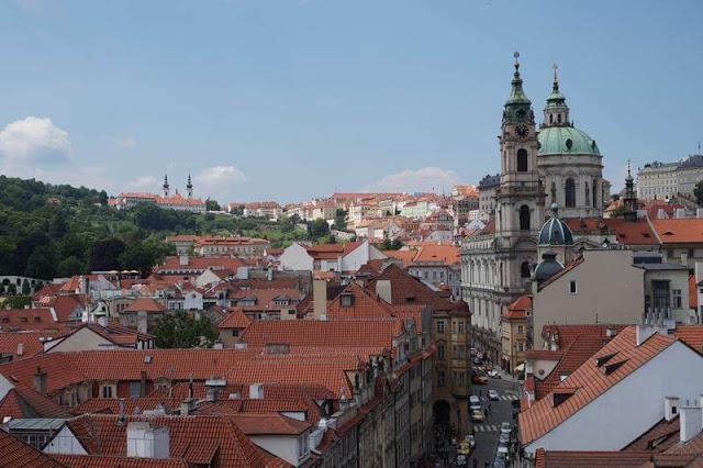vistas geniales del monasterio de Strahov desde Torre del Puente de Malá Strana