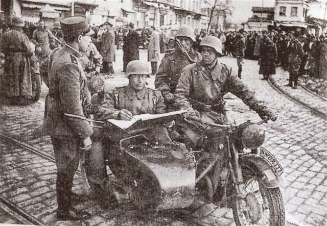 Μερκουρίου, Βιζουκίδης και σία (στο βάθος) παραδίδουν τη Θεσσαλονίκη στους Γερμανούς κατακτητές