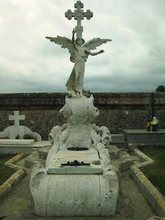 Una de las tumbas del cementerio de Comillas, Cantabria