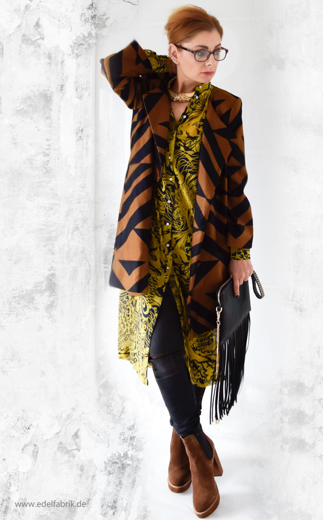Mantel in Braun und Schwarz mit grafischem Muster Bluse im Asia Look