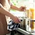 Ένα πανέξυπνο τρικ για να Καθαρίσετε ένα Καμμένο Τηγάνι ή Κατσαρολάκι