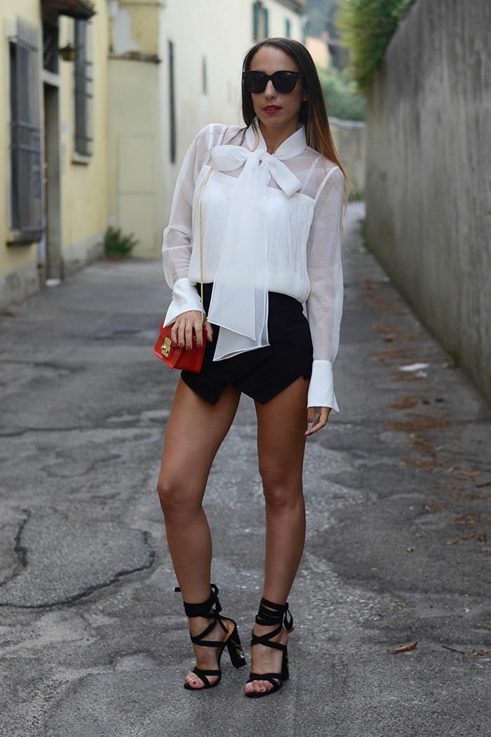 come indossare camicia con fiocco