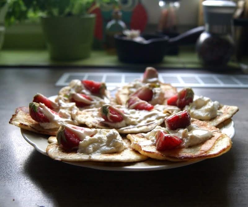 Keto placuszki z serem i truskawkami