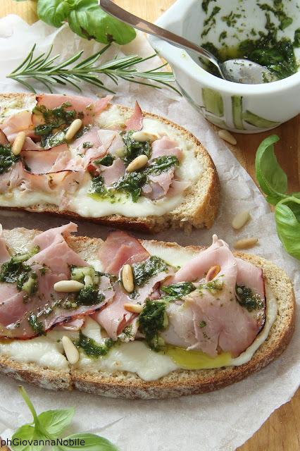 Bruschette di pane integrale con prosciutto cotto