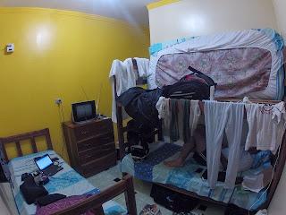 Espalhando a roupa molhada pelo quarto do hotel.