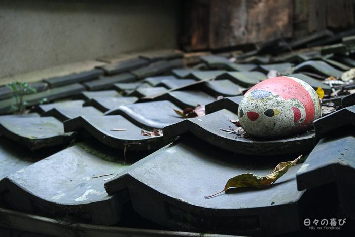 Fukuishi-neko sur un toit, Neko no Hosomichi, Onomichi, Hiroshima