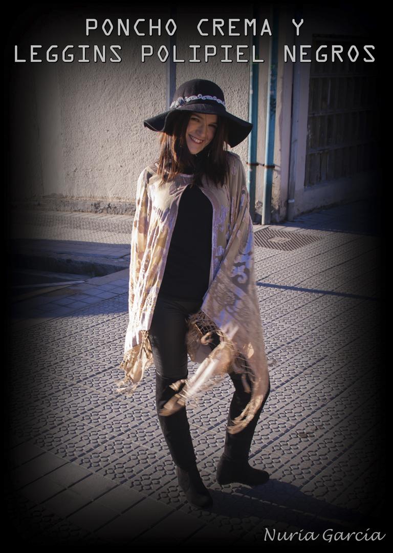Poncho crema con leggins de polipiel negros