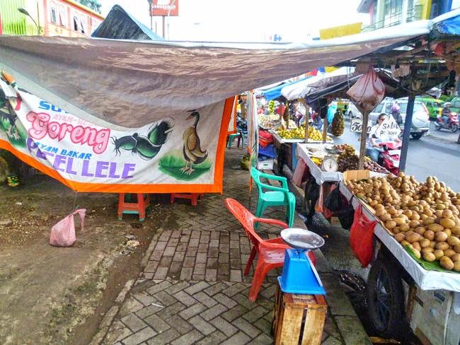 Atasco en una acera de Yakarta