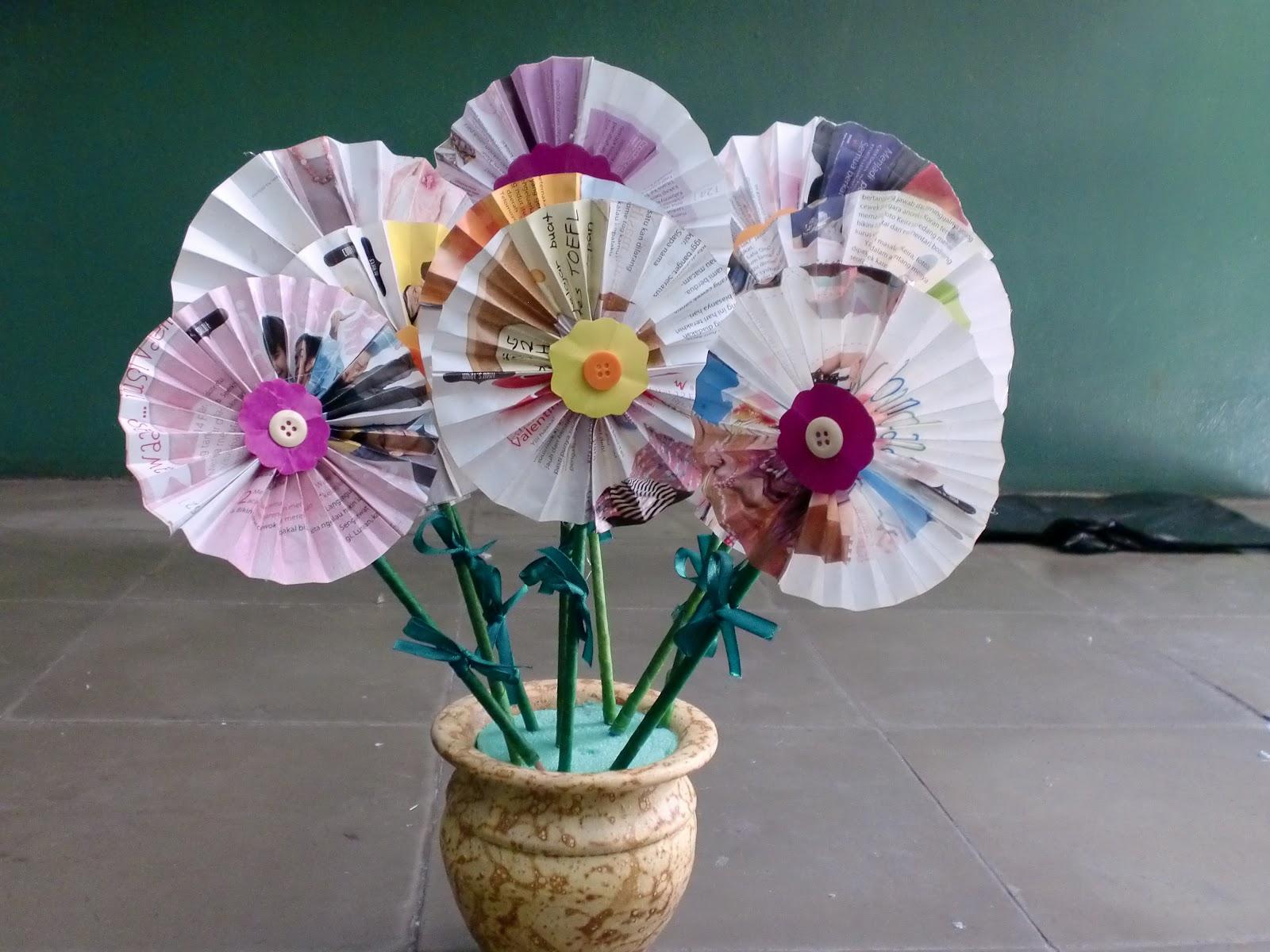 mamahtira Majalah Bekas jadi Rangkaian Bunga