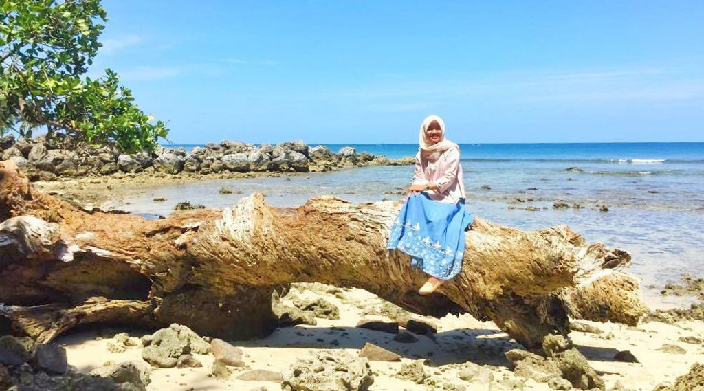 wisata indonesia yg wajib dikunjungi pakai rok cewek cantik ini berenang n dan diseret oleh arus