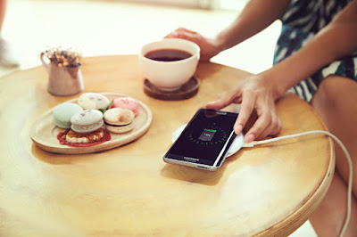 Utilizar dispositivos electrónicos en las horas previas al descanso nocturno es un hábito cada vez más corriente, costumbre capaz de alterar los ciclos regulares de sueño. Consejos para conciliar chips y reposo. Los dispositivos tecnológicos (smartphones, tablets, consolas, TV, etc.) ocupan un espacio central en la vida cotidiana de millones alrededor del mundo. Aliados para la comunicación, la información, el trabajo y el entretenimiento; ellos suelen acompañarnos largas horas durante la vigilia, e incluso en los lapsos cercanos al descanso nocturno. La Fundación Nacional del Sueño de Estados Unidos da sustento científico a esta afirmación, observando que el 95 por