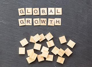 Global Growth, con piezas de Scrabble