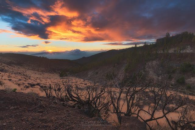 Закат над Тенерифе. Вдалеке видно остров Ла Гомера.
